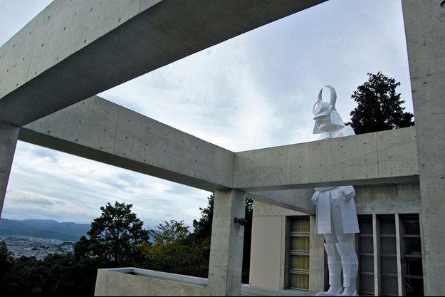 La Villa est construite sur les hauteurs de Kyoto. Pour sa réouverture, José Lévy a conçu un samouraï géant en papier qui veille sur les lieux.