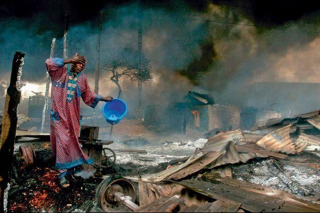 Avec sa photo, primée en 2007, d'un homme se lavant après l'explosion d'un pipeline de gaz à Lagos, le Nigerian Akintude Akinleye a interpellé le monde entier sur les drames que vit son pays