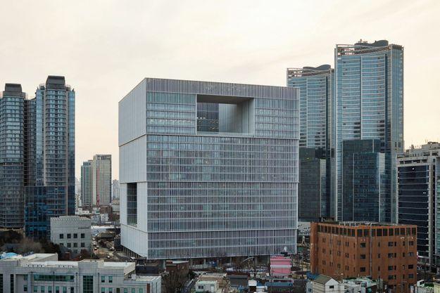 Le cube de verre s'élève à 110 mètres au-dessus de Yongsan,