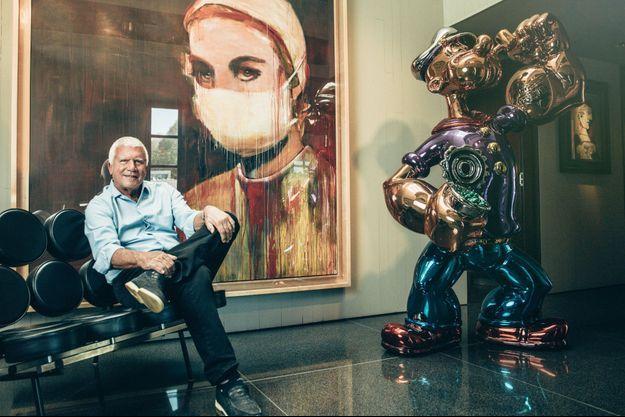 Décoration maison. Larry Gagosian entre une toile extraite de la série « Nurses » de Richard Prince et le « Popeye » de Jeff Koons. A droite, « Femme au béret rouge à pompon » de Picasso.