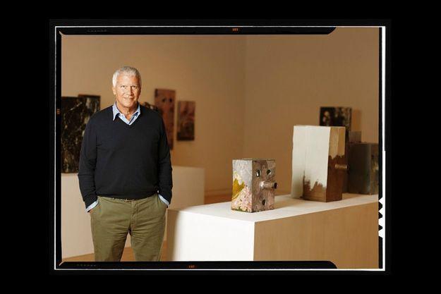Devant les œuvres de Mark Grotjahn, l'un de ses artistes préférés du moment. Ci-dessous, dans leurs ateliers, Jeff Koons et Takashi Murakami, des poulains de Larry.