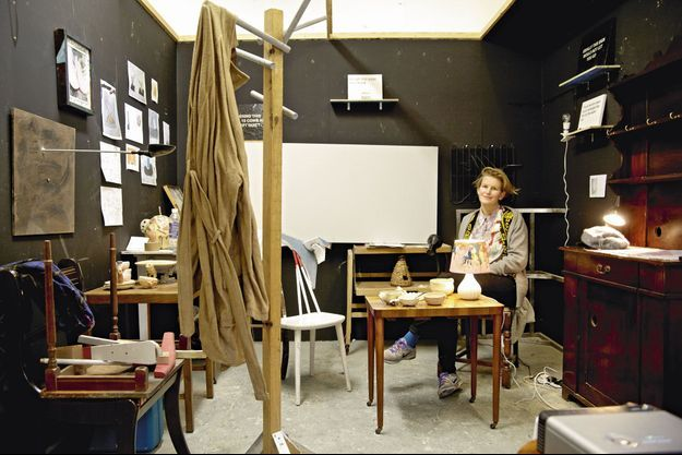 L'artiste au milieu du bric-à-brac de son atelier londonien.