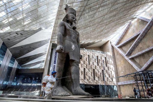 Exposé devant la gare du Caire de 1955 à 2006, le colosse de Ramsès II accueille désormais les visiteurs du GEM.