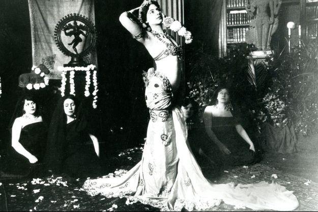 Mata Hari dansant dans la bibliothèque du Musée Guimet, 1905.
