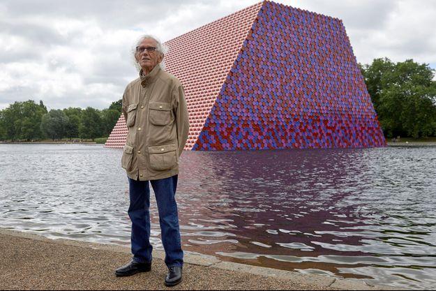 Christo devant une oeuvre monumentale à Londres.