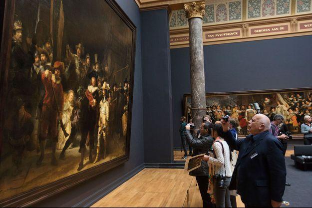 """Les visiteurs du Rijksmuseum d'Amsterdam devant """"La Ronde de nuit""""."""