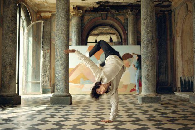 Le danseur et, derrière, la peintre Inès Longevial.