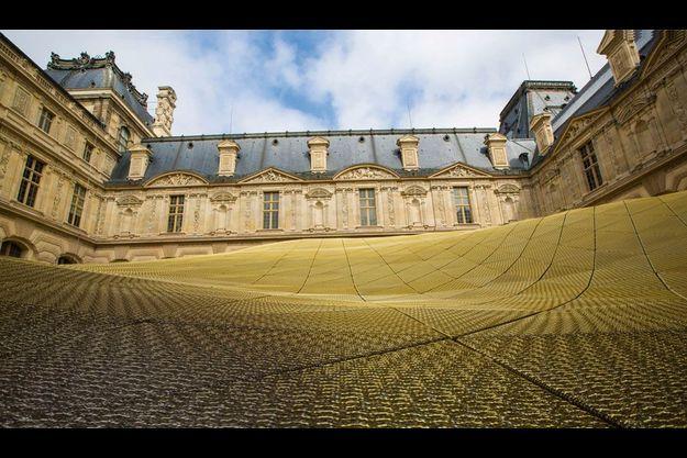 Dans la cour Visconti, au Louvre, à Paris. Les concepteurs de la voilure, les architectes Rudy Ricciotti et Mario Bellini, la comparent à « un nuage doré » ou à « une aile de libellule ».