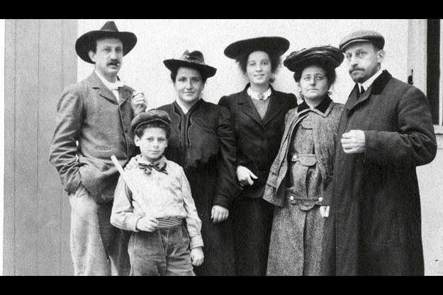 La famille Stein en 1906 . De g. à dr., Leo, sa sœur Gertrude, leur neveu Allan, la jeune fille au pair, Sarah et Michael