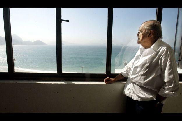 Oscar Niemeyer en 2003, dans son bureau qui surplombe Copacabana, à Rio de Janeiro.