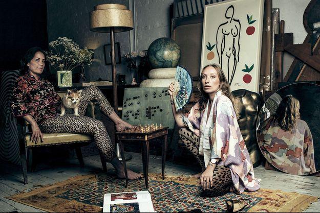 """Chez Sophie (à g.), avec Bambi, son chihuahua, et sa fille Gaïa, designer. A l'honneur dans un salon éclectique, une encore et gouache d'Henri Matisse : """"Nu aux oranges"""", de 1952."""