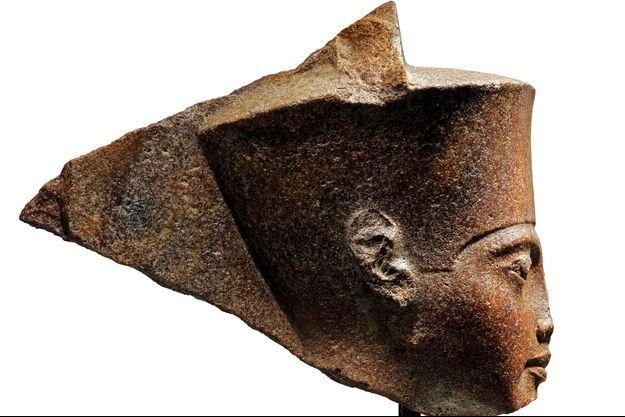 La tête de Toutankhamon mise en vente au Caire.