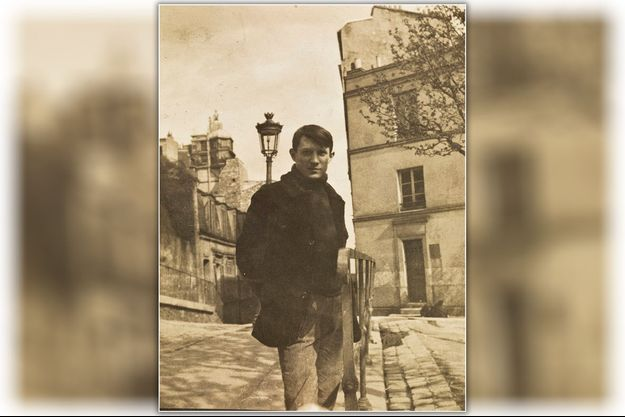 Place Ravignan (aujourd'hui place Emile-Goudeau), à Montmartre, en 1904. Picasso, 23 ans, installe son atelier dans la cité d'artistes le Bateau-Lavoir.