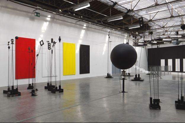Les « Tableaux musicaux » et les sculptures lumineuses de Takis. A dr., un globe noir suspendu par la seule force magnétique !