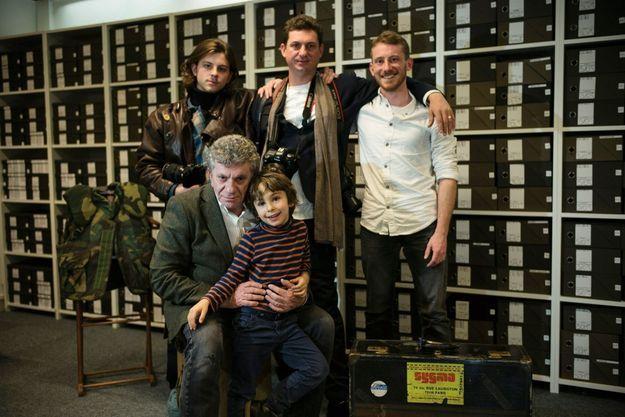 Patrick Chauvel (à g.) entouré de ses quatre fils, David, 5 ans, Adrien, 19 ans, cinéaste, Antoine, 37 ans, photojournaliste, et Romain, 29 ans, ingénieur.
