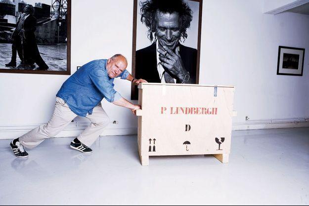 Devant son portrait de Keith Richards, lors d'une exposition consacrée aux Rolling Stones à la galerie parisienne Acte 2, en 2006.