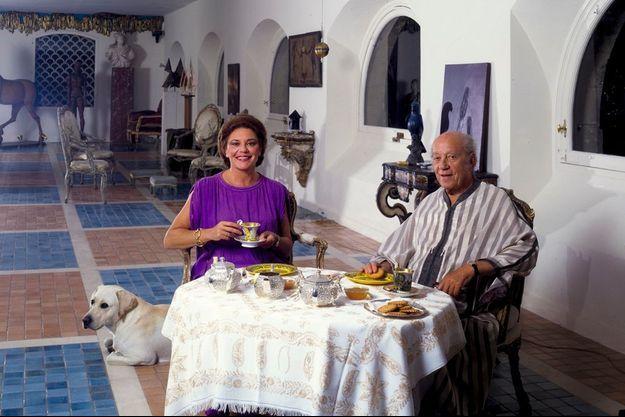 Petit déjeuner à Mouton avec son père, Philippe, après les vendanges de 1983. Le salon est orné de sculptures signées Brancusi, Giacometti, César. Philippine de Rothschild s'est éteinte à Paris dans la nuit du 22 au 23 août.