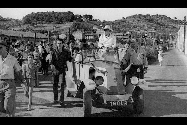 Gilbert Valentin et Pablo Picasso à Vallauris pour leur défilé rituel.