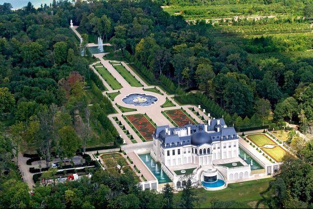 Bâti sur un terrain de 23 hectares, le château est inspiré de celui de Vaux-le-Vicomte, dont la beauté causa la perte de Fouquet.