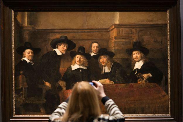 « Le syndic de la guilde des drapiers », 1662. Au lieu d'une pose académique, les six hommes semblent surpris par l'arrivée du peintre.
