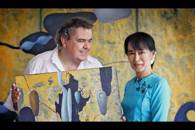 Le 27 avril 2012, Richard Texier reçoit Aung San Suu Kyi lors du vernissage de son exposition à Rangoon.