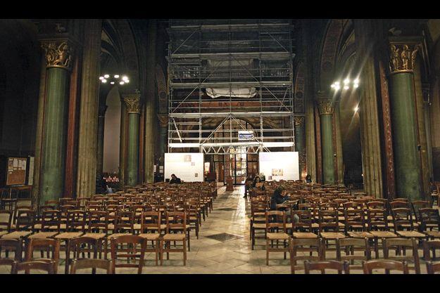 Avec la restauration du sanctuaire, le recueillement se pratique dans les gravats.