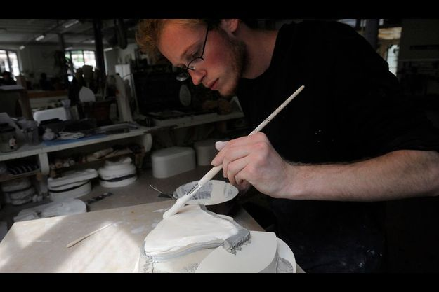 A l'atelier des moules, le plâtre doit être très fin