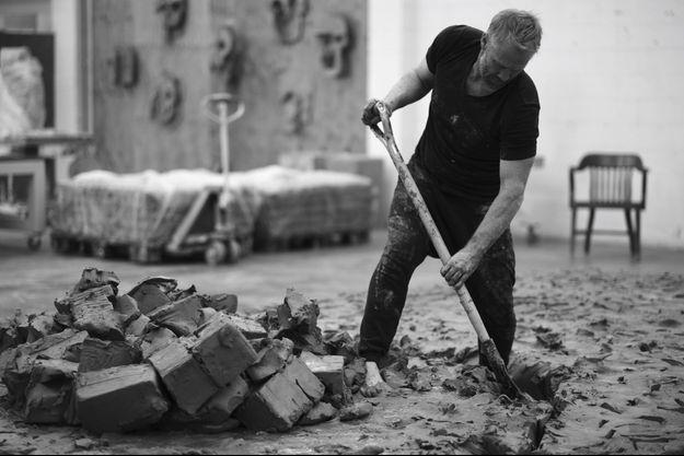 L'artiste créant « Cast Studio » : image extraite d'un film réalisé par sa compagne, Muna el Fituri, en 2018.