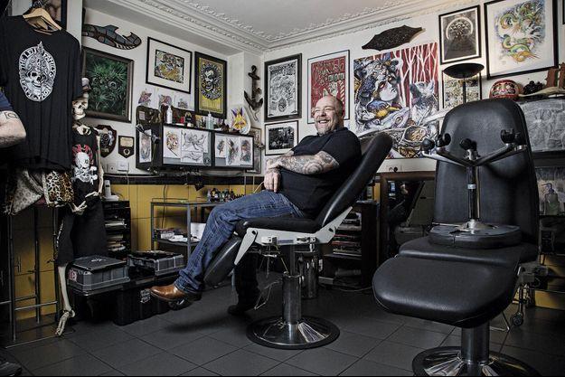 C'est dans les anciens ateliers de couture d'Yves Saint Laurent, rue de Douai, à Paris, que le plus célèbre des tatoueurs français tient aujourd'hui boutique.
