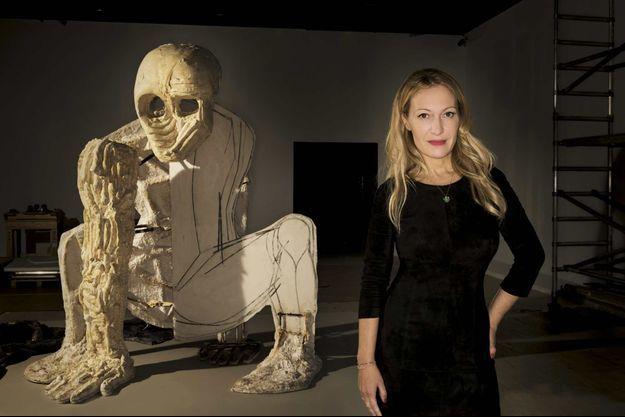 Lors de l'accrochage au Grand Palais. Devant « Baby », une œuvre du sculpteur Thomas Houseago appartenant à la collection François Pinault, Diana Widmaier Picasso, l'une des commissaires de l'exposition « Picasso.mania ».