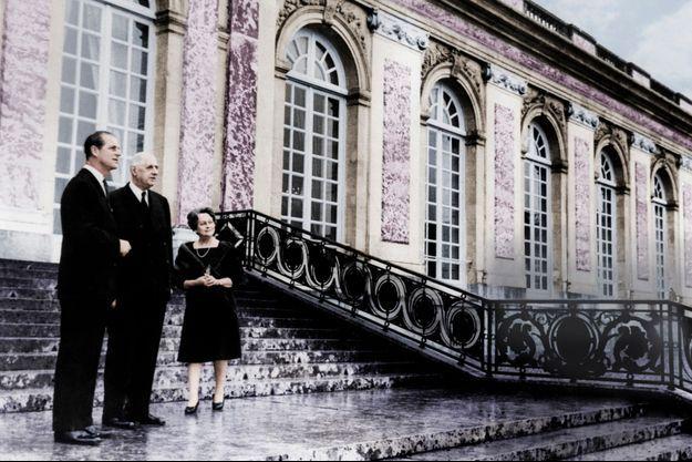 Charles et Yvonne de Gaulle avec le prince Philip, duc d'Edimbourg, au Grand Trianon, côté jardin, le 20 décembre 1966.