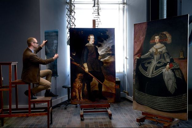 Au Centre de recherche et de restauration des Musées de France, le C2RMF, à Paris. Guillaume Kientz, commissaire de l'exposition, devant le « Portrait de Philippe IV en chasseur », de Velazquez, réalisé entre 1632 et 1634. A dr. : « Portrait de la reine Marie-Anne d'Autriche », vers 1652, réattribué, après examen, à l'atelier de Velazquez.