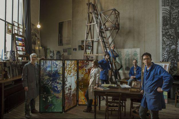 Maîtres verriers depuis Louis XIII A Reims, dans leur atelier, les six employés de la maison Simon Marq (de g. à dr.) : Alain, le chef d'atelier, Mélanie, la dernière recrue, Léo, Bruno, Sébastien et Eric, le père de Léo. Le paravent, réalisé par Alain d'après une peinture de Jean-Paul Agosti, est une pièce d'exposition. L'entreprise fait partie de la société Fort Royal qui regroupe plusieurs artisans d'art.