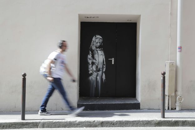 Oeuvre de Banksy sur la porte de sortie de secours du Bataclan.
