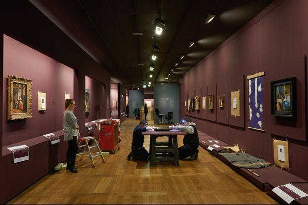 L'exposition en cours d'accrochage. Sur la droite, le thème intitulé « Cordes sensibles » avec le tableau « Jeune femme assise au virginal », de Johannes Vermeer.