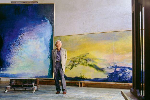 Zao Wou-ki devant ses oeuvres.