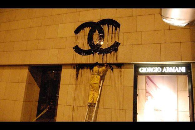L'artiste à l'œuvre le à Hongkong. Ce geste artistique va le plonger dans les ennuis judiciaires.