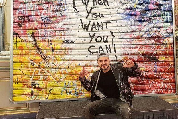 ZoulliArt devant son tableau «When you want you can», vendue aux enchères à 35.000 euros, au profit de l'association «Toutes à l'école».