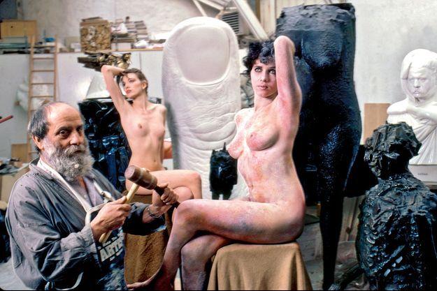 Le sculpteur César dans son atelier du XIVe arrondissement.