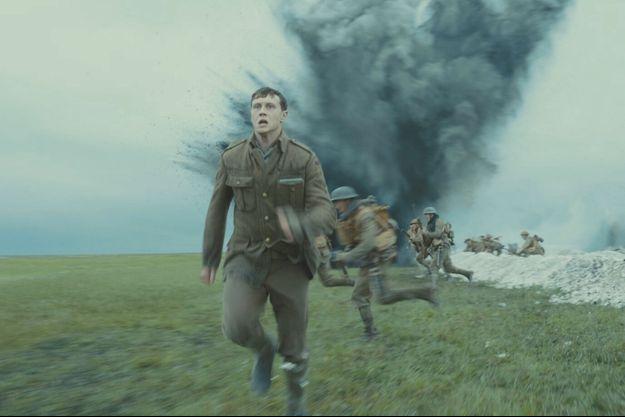 George MacKay joue le soldat Schofield.