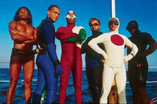 Luc Besson entouré des acteurs du film.