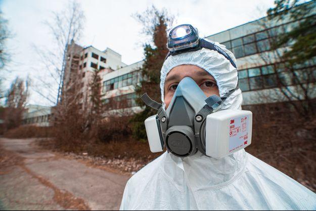 Un membre de Mamytwink équipé de sa combinaison anti-radioactivité.
