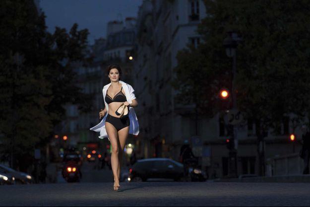 Alice Pol, sur le pont Neuf, à Paris.