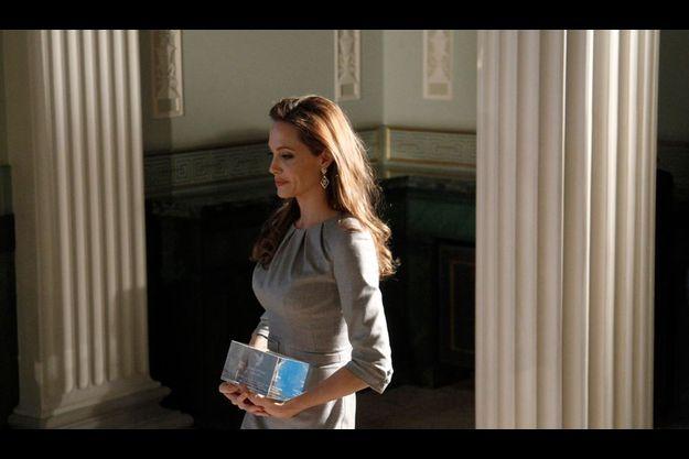 """Angelina Jolie pose avec le trophée du """"Cinéma pour la Paix"""" qui lui a été remis à Berlin le 13 février 2012."""
