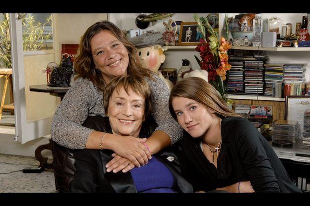 En 2006, entourée de Giulia et de sa petite-fille, Lola, dans son appartement parisien, près de la place des Vosges. Elles restent son meilleur soutien dans son combat contre la maladie d'Alzheimer.