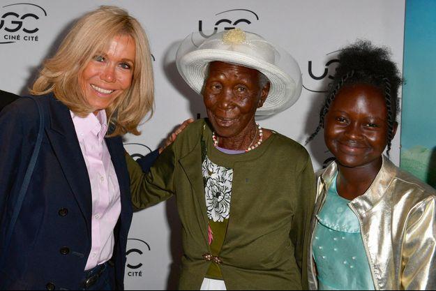 """""""Gogo"""", au centre, est retournée sur les bancs de l'école à 90 ans passés."""