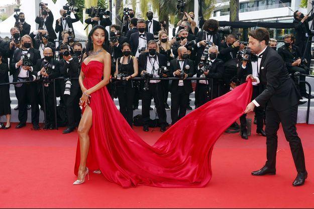 Le festival touche à sa fin mais les célébrités (ici Maylin Aguirre) défilent toujours sur le tapis rouge.