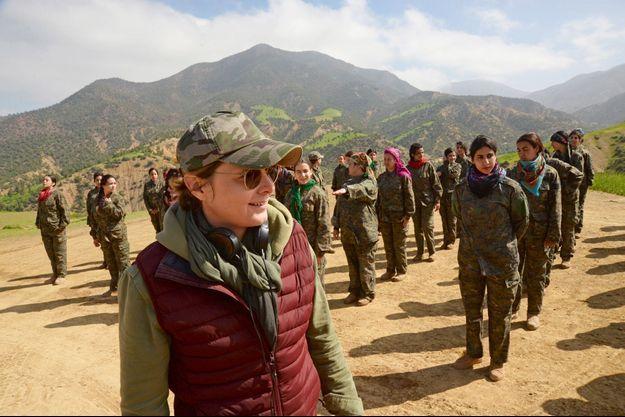 """Caroline Fourest lors du tournage de """"Soeurs d'armes""""."""