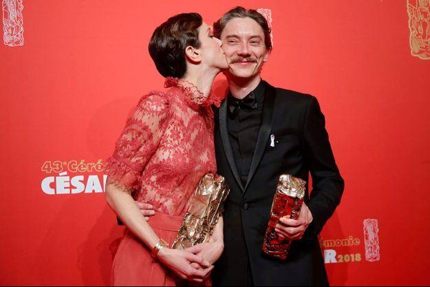 Sara Giraudeau embrasse tendrement sur la joue Swann Arlaud son partenaire dans «Petit Paysan».