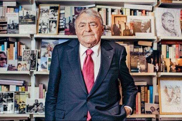 En février 2017, devant sa bibliothèque. Le cinéaste est mort à 92 ans le 5 juillet, à Paris.